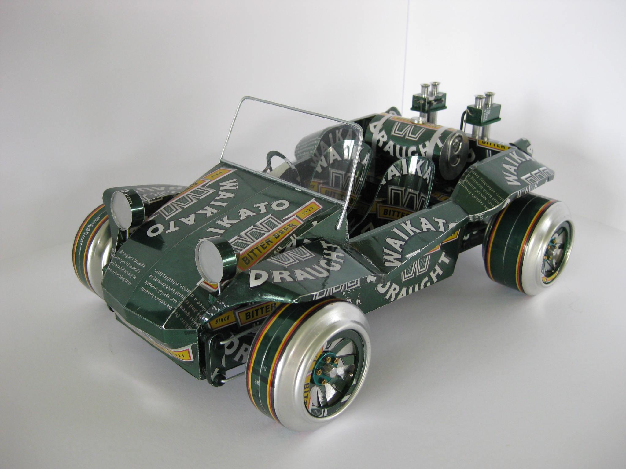 Coches modelo hecho con latas de cerveza y gaseosas