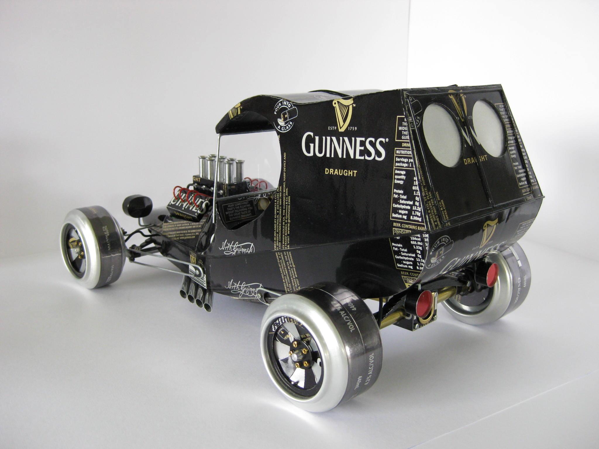 Haciendo autos con latas para reciclar